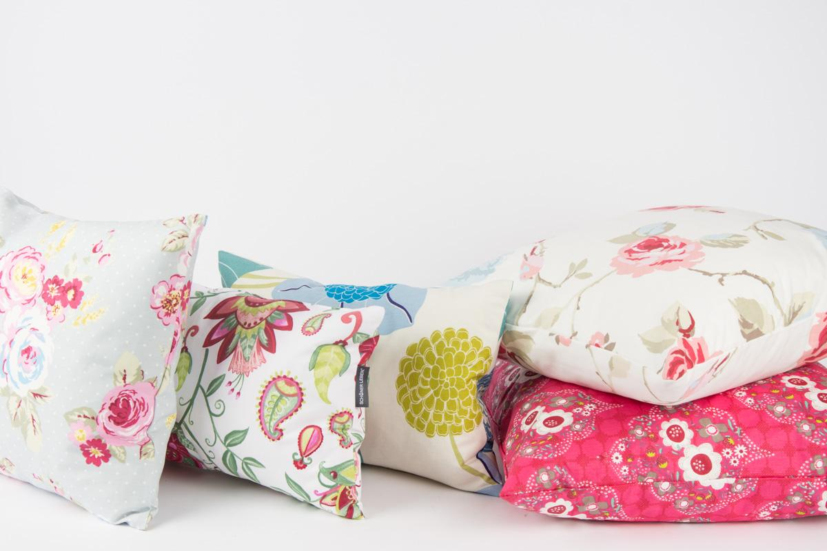blumenpracht auf deinem sofa kissen mit floralem muster. Black Bedroom Furniture Sets. Home Design Ideas